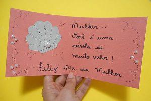 Cartão Dia da Mulher com concha e pérola